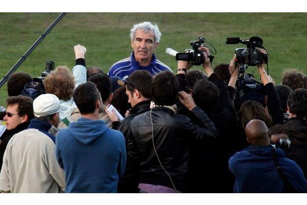 Raymond Domeneh lisant le communiqué des Bleus annonçant qu'ils ne s'entraineraient pas.