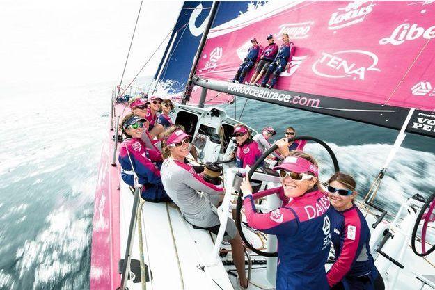 Entourant Samantha Davies, à  la barre avant le départ de la Volvo Ocean Race le 11 octobre, l'équipage pose au complet sur le Volvo Ocean 65, sponsorisé par SCA, leader européen de produits d'hygiène et issus la forêt.