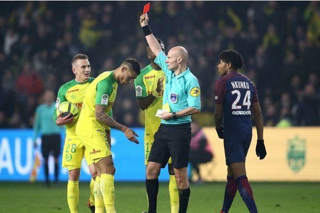 Tony Chapron a sorti un carton rouge à Diego Carlos lors de Nantes-PSG.