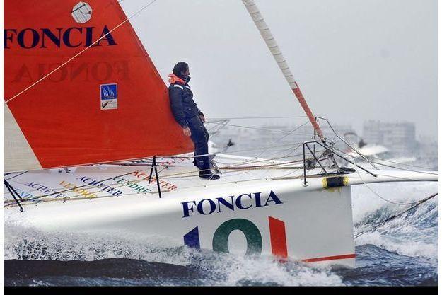 Terre en vue. Dimanche 1er février, 16 heures,  le roi des solitaires découvre la côte des Sables-d'Olonne. Derrière, Roland Jourdain, qui abandonnera le lendemain... aux Açores.