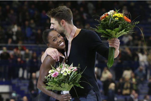 Vanessa James et Morgan Ciprès, en 2017, sur le podium européen, médaille de bronze autour du cou.