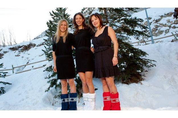 Par – 8°C, les filles ont accepté de poser  en petite robe noire, Moon Boots tricolores aux pieds. Ces trois sportives assument pleinement leur féminité.