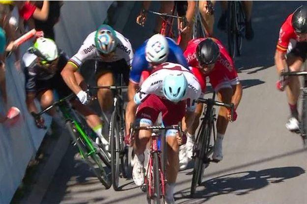 Capture d'écran de la chute de Mark Cavendish lors de la 3e étape du Tour.