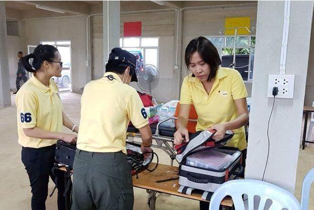 Les secouristes thaïlandais attendent les rescapés.