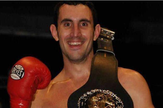 Scott Westgarth, portant fièrement la ceinture de la victoire en 2013