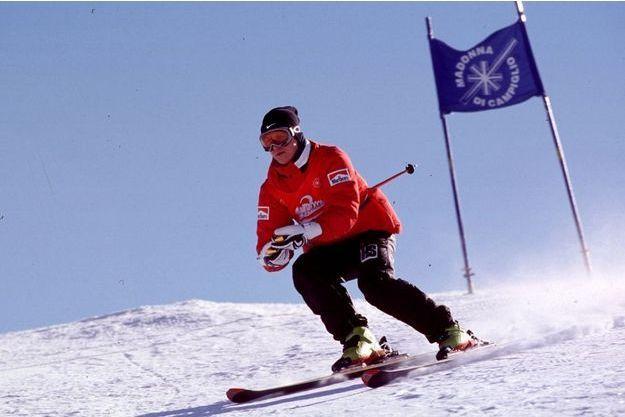 Michael Schumacher skiant en Italie en 2000.
