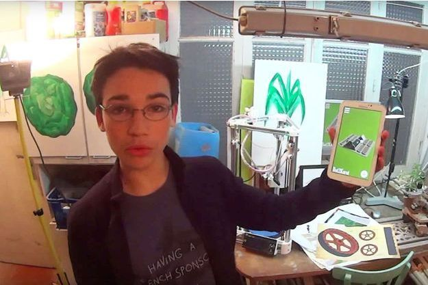 Eliott Sarrey montre son application, indispensable pour contrôler le robot jardinier.
