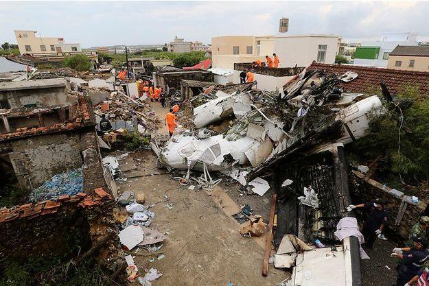 Les débris de l'avion de la compagnie taïwanaise TransAsia Airways, qui s'est craché le 23 juillet 2014, près de l'aéroport de Magong, sur une île de l'archipel de Penghu