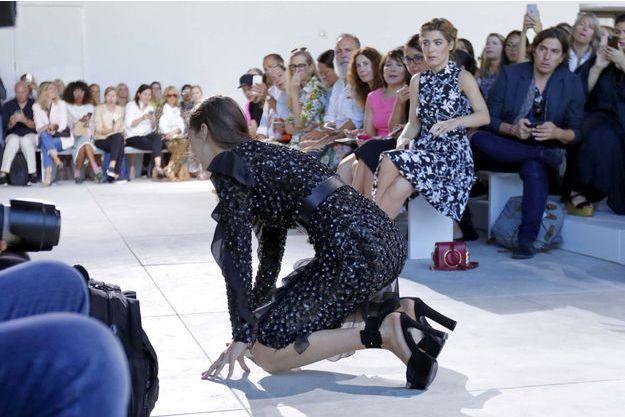 La chute de Bella Hadid au défilé Mikael Kors