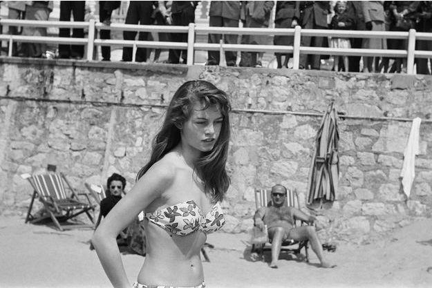 A 18 ans, sur la plage du Carlton pendant le Festival de Cannes, en 1953.