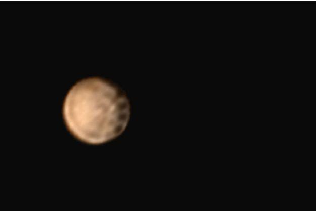 Quatre tâches de diamètre égal ont été débusquées par la sonde New Horizons.