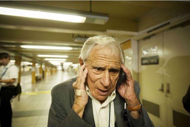 Un homme au téléphone.