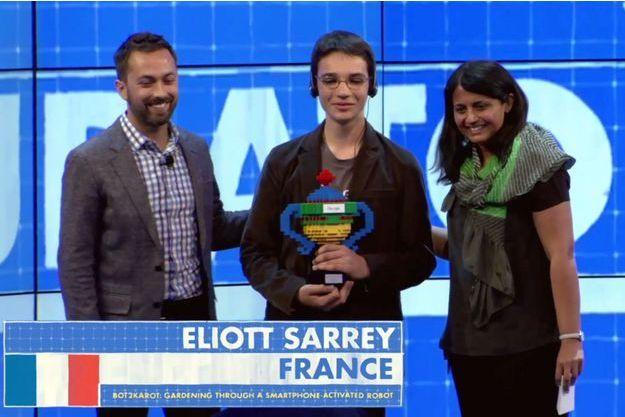 Eliot Sarrey reçoit son trophée durant la finale du Google Science Fair.