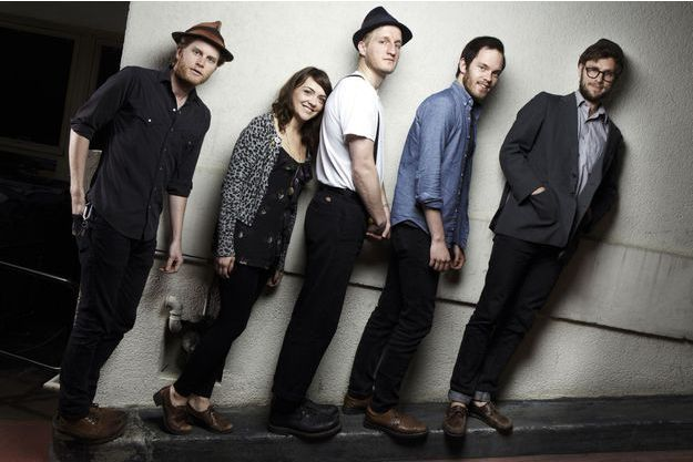 De gauche à droite: Wesley Schultz, Neyla Pekarek,  Jeremiah Caleb Fraites, accompagnés de leurs deux musiciens additionnels, Stelth Ulvang et Ben Wahamaki.