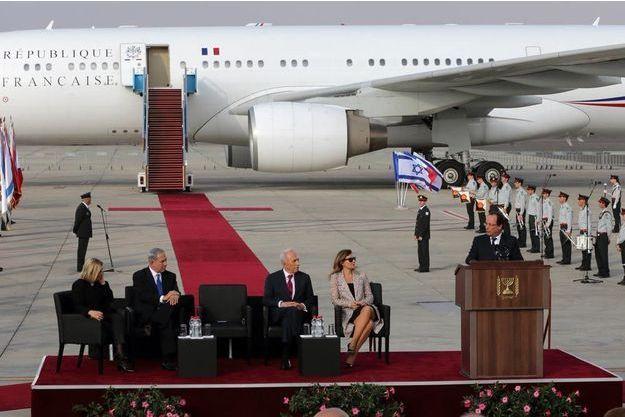 Dimanche 17 novembre, en fi n de matinée. François Hollande prononce un discours à son arrivée à l'aéroport Ben-Gourion de Tel-Aviv. Assis : Sarah et Benyamin Netanyahou, Shimon Peres et Valérie Trierweiler.