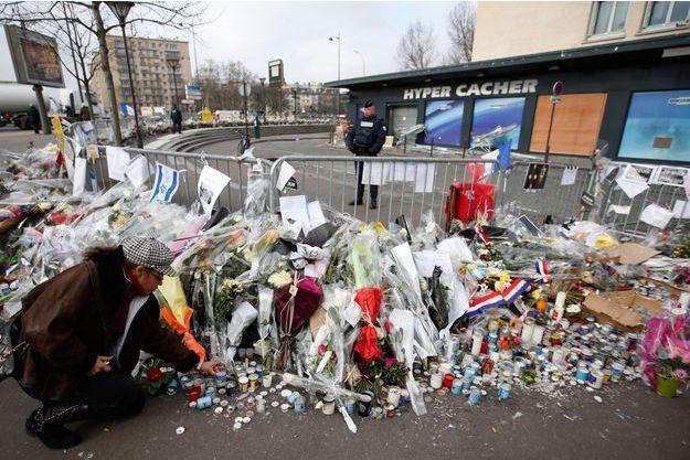 Recueillements devant l'Hyper Cacher après le drame du 9 janvier.