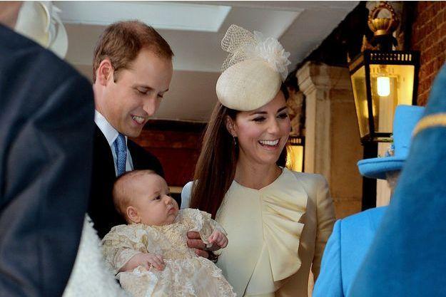 Kate et William avec George, lors du baptême du petit prince
