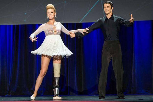 Adrianne Haslet-Davis sur la scène de la conférence TED avec son partenaire Christian Lightner, mercredi à Vancouver.