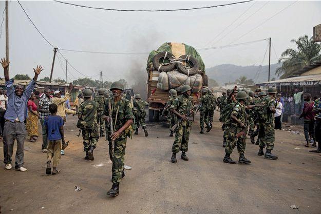 Point kilométrique12, à la sortie de Bangui, le 15 février. Les soldats de la Misca forment un corridor pour protéger la fuite des populations musulmanes.