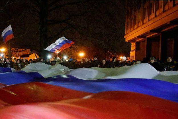 Des manifestants brandissent un drapeau russe géant dans les rues de Simféropol en Crimée, le 27 février 2014