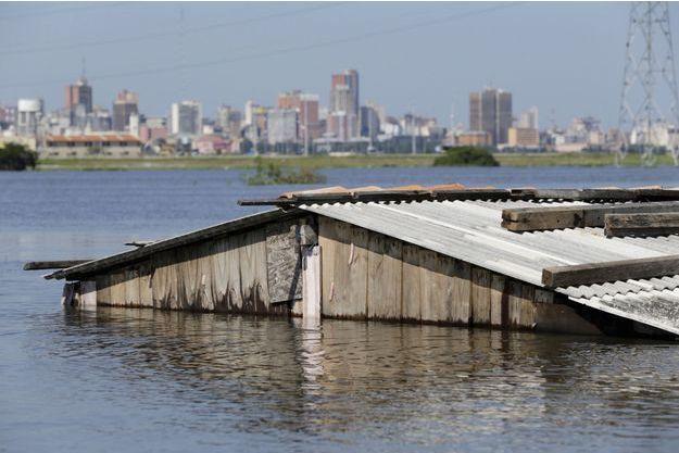 Un hangar submergé par les eaux au Paraguay.