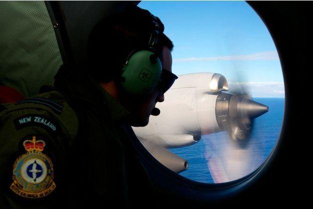 Jamin Baker de la Royal New Zealand Air Force recherche dasn l'Océan Indien les débris du vol MH370.