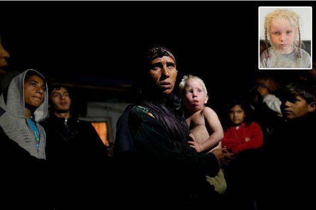 En Bulgarie, le 24octobre, Sacha Roussev, la mère biologique de Maria, tient dans ses bras l'un des neuf frères et soeurs de Maria, Atanas, trois ans, aussi blond qu'elle.