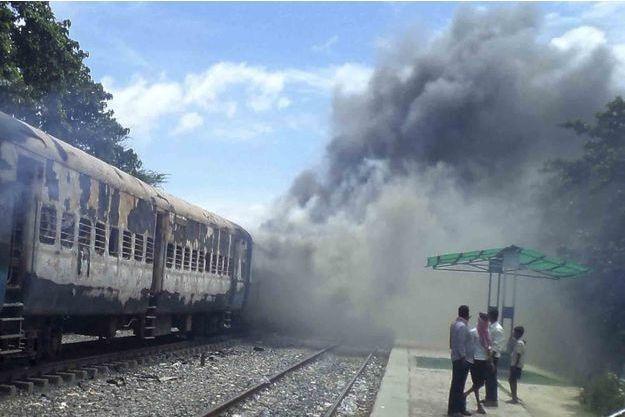 Après l'accident, la foule a incendié le train et battu et la gare