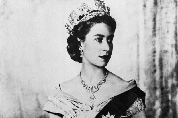 Elizabeth II pose en 1950 avec le collier.