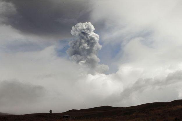 Le volcan Cotopaxi expulse des colonnes de cendres à 8 kilomètres de hauteur.