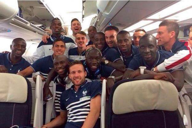 Lundi 9 juin 10 heures, quelques minutes avant le décollage de l'aéroport de Lille, photo de groupe twittée.