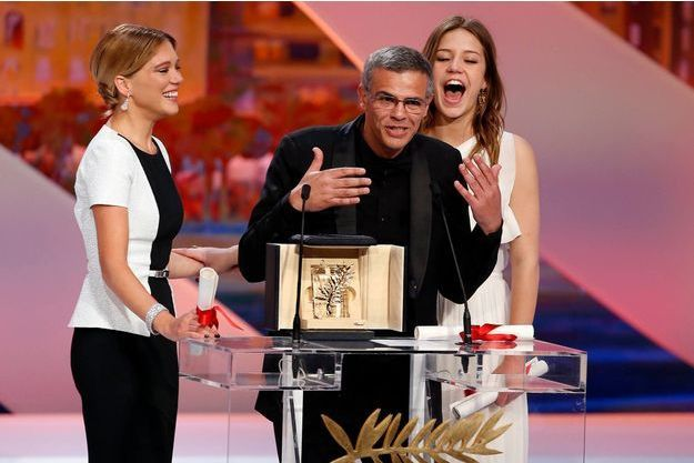 Abdellatif Kechiche entre ses deux actrices, Léa Seydoux et Adèle Exarchopoulos, lors de la remise de la Palme d'or.