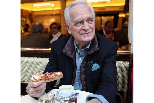 Philippe Labro devant une tartine à la fraise, chez Carette, à Paris.