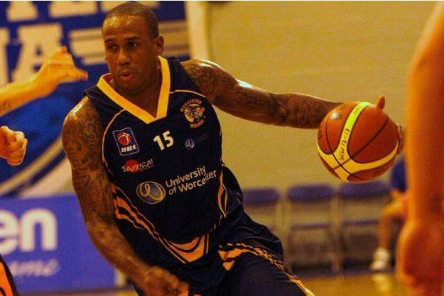 Alex Owumi joue désormais pour les Wolves de Worcester.