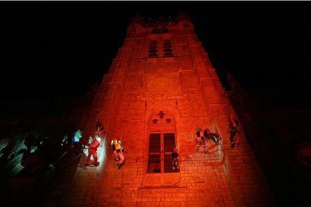 Ici en 2005, un homme déguisé en Père Noël descend en rappel le beffroi de Douai. (Image d'illustration)