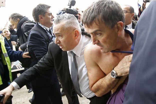 Xavier Broseta, DRH d'Air France, chemise arrachée, exfiltré par la sécurité.