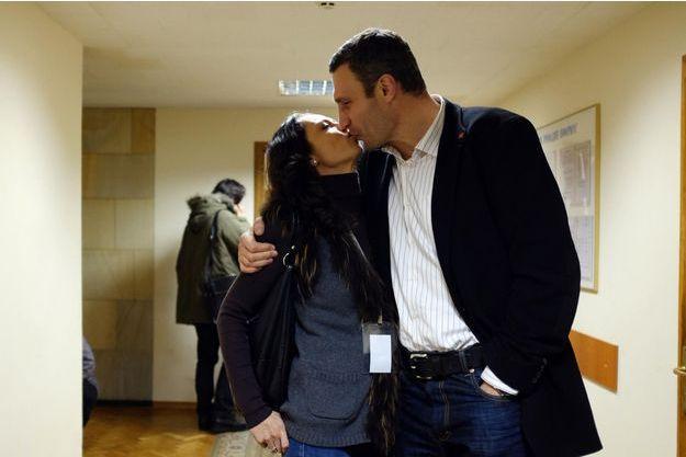 Vitali Klitschko et son épouse Natalya, mère de leurs trois enfants, dans la maison des Syndicats, QG de la révolution. L'ancienne athlète doit se dresser sur la pointe des pieds pour embrasser Vitali,
