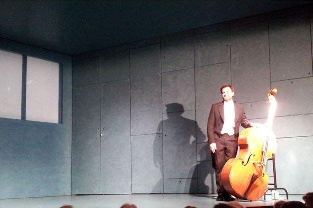 Clovis Cornillac sur scène.