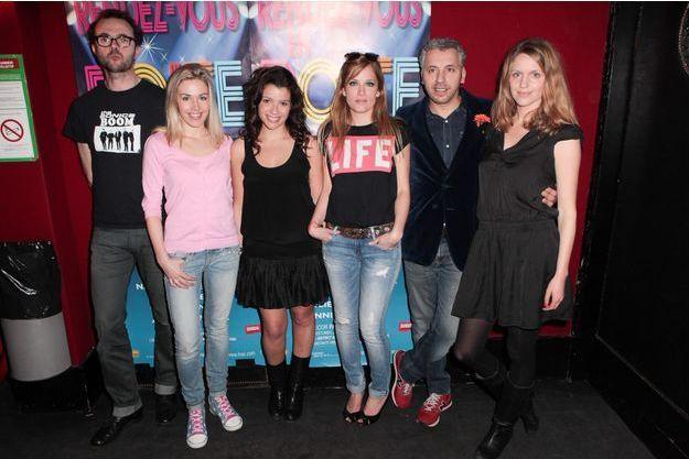 """""""Rendez-vous en boîte"""", sur la scène de la Gaîté Montparnasse, avec Eric Berger, Cindy Cayrasso, Sandy Besse, Julie Bernard, Atmen Kelif et Camille Bardery."""