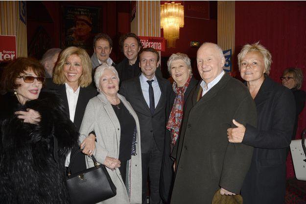 """Michel Bouquet bien entouré après la représentation de """"A tort et à raison"""" au théâtre Hébertot."""