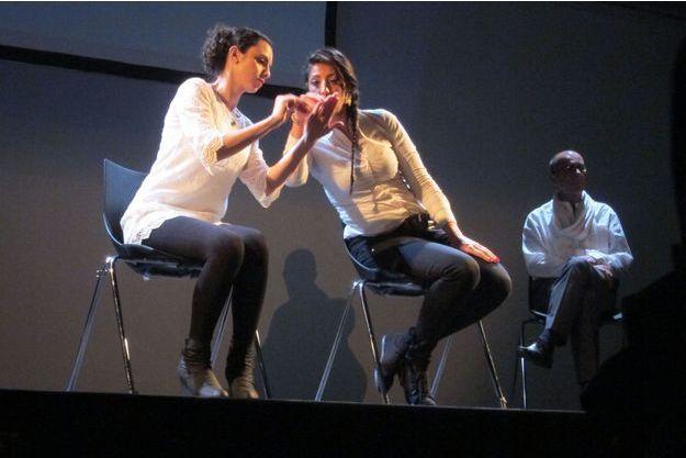 Shaden Salim et Yasmin Hammar, sur la scène de la Maison des Métallos.