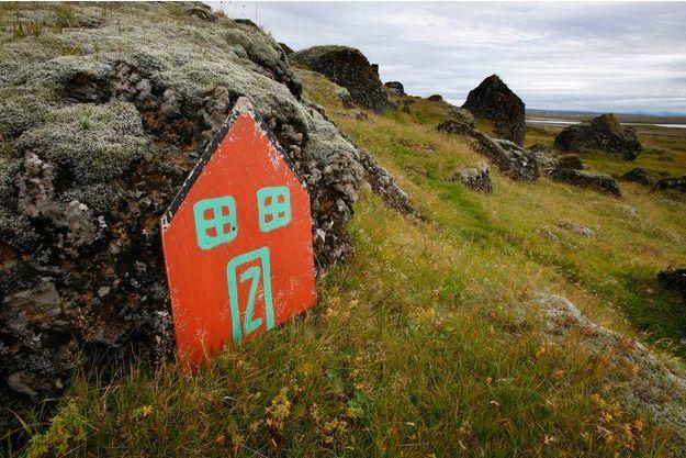 Une porte des elfes peinte sur un rocher en Islande.
