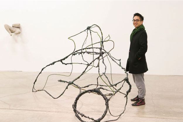 Adrian Cheng devant une œuvre de Zhao Yao, « I am Your  Night No. 10 » (2011).