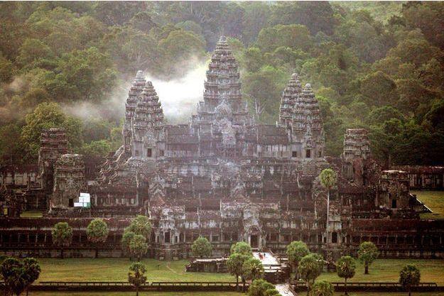 En 1863, quand la France établit son protectorat au Cambodge, les anciens sanctuaires bâtis en grès sont ensevelis sous les racines d'arbres géants qui les préservent de la pluie et enserrent les murs comme des arceaux.