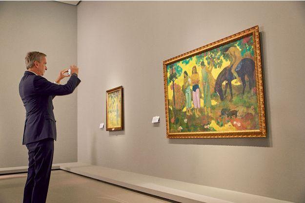 """Le dernier des 18 Gauguin vient d'être accroché: """"Rupe rupe (La cueillette des fruits)"""" (1899). Bernard Arnault immortalise le moment."""