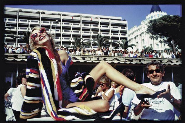 Le mannequin Jerry Hall, pas encore mariée à Mick Jagger, et le photographe Helmut Newton dans l'objectif de David Bailey, à Cannes, en 1983.