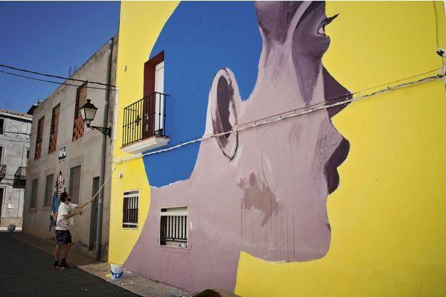 A Fanzara, en Espagne. L'artiste brésilien Rodrigo Branco réalise sa création en plein centre du village.