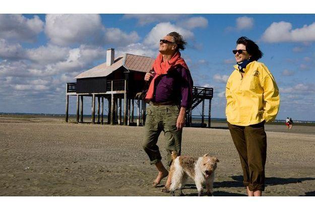 En vacances sur le bassin d'Arcachon chez leur ami Philippe Starck, Garouste, sa femme, Elisabeth, et leur chien, Basile, se promènent sur l'île aux Oiseaux, célèbre pour ses anciennes maisons d'ostréiculteurs, les cabanes tchanquées.