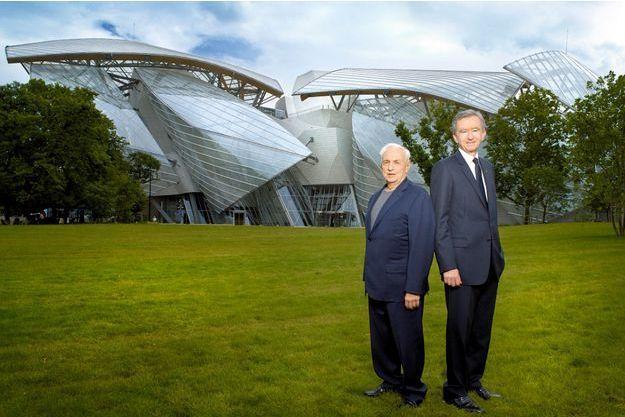 Frank Gehry, un des plus grands architectes de son temps, et Bernard Arnault,  P-DG de LVMH, devant leur joyau qui ouvrira le 27 octobre.
