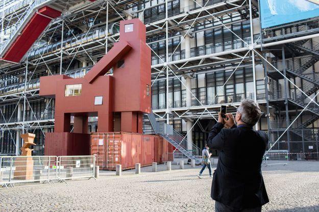 La statue monumentale en Lego de l'artiste néerlandais Joep Van Lieshout exposée devant le Centre Pompidou pendant la FIAC.